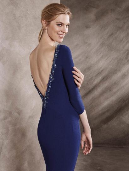 Синее вечернее платье облегающего кроя с открытой спинкой.
