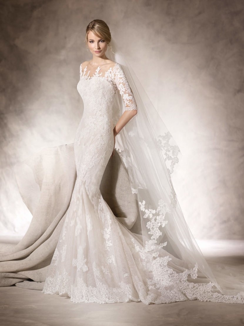 Свадебное платье «русалка» с кружевным декором и открытой спинкой.