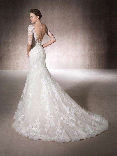 Облегающее свадебное платье с кружевным рукавом и вырезом сзади.