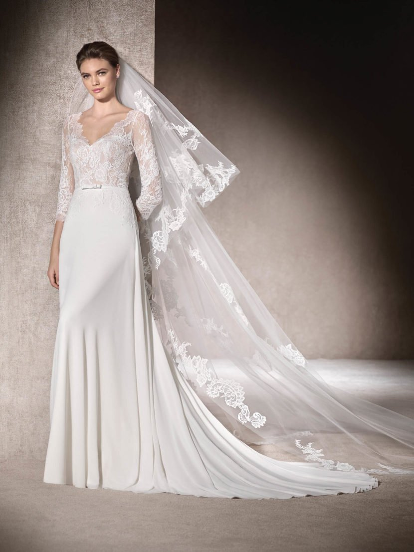Прямое свадебное платье с кружевным верхом и длинным шлейфом.