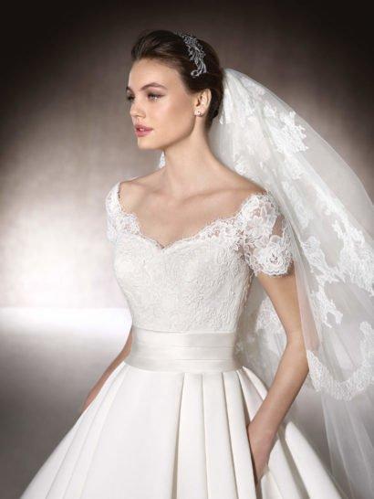 Лаконичное свадебное платье «принцесса» с коротким рукавом.