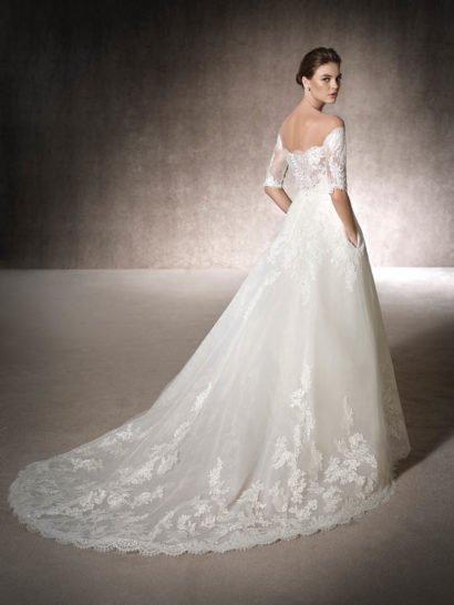 Кружевное свадебное платье с портретным декольте.