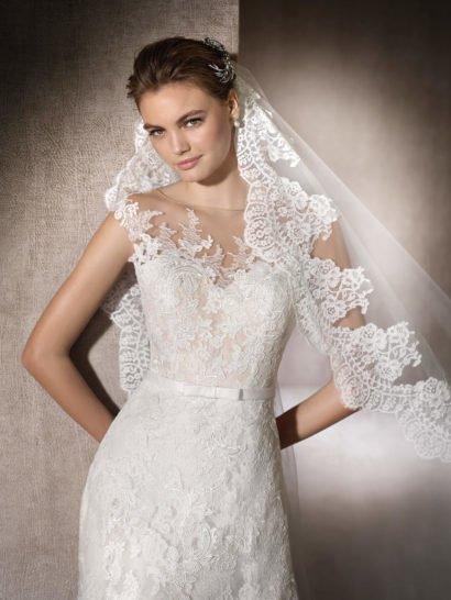 Свадебное платье с нежной кружевной отделкой.