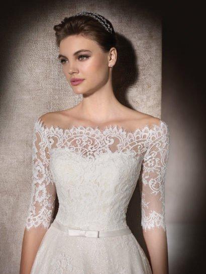 Короткое свадебное платье с кружевным болеро.
