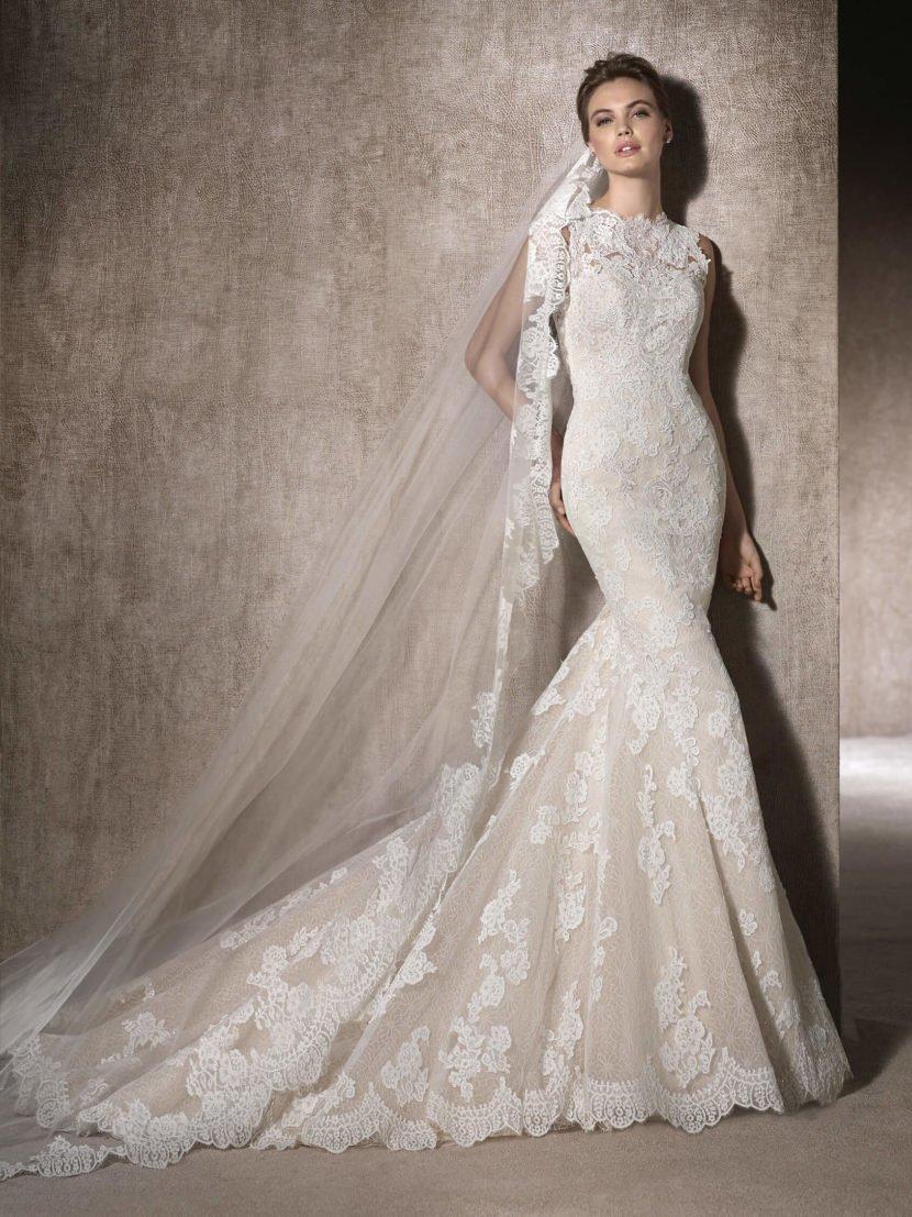 Свадебное платье «русалка» с кружевным декором и открытой спиной.