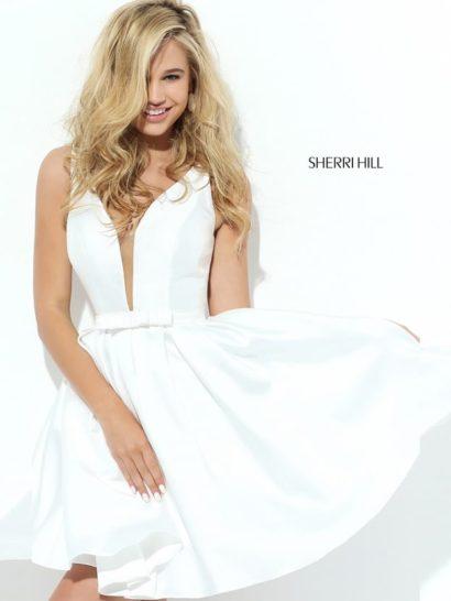 Белое выпускное платье с короткой юбкой и поясом с бантом.