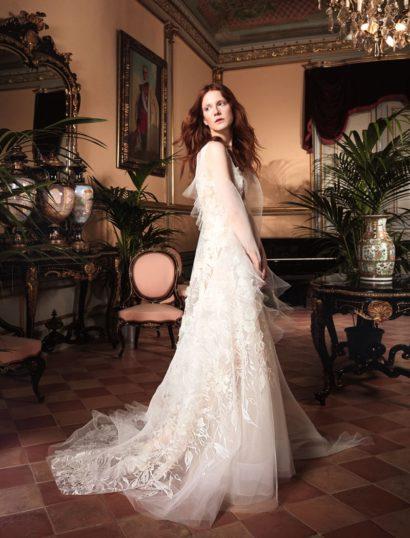 Романтичное свадебное платье с объемным декором и V-образным декольте.