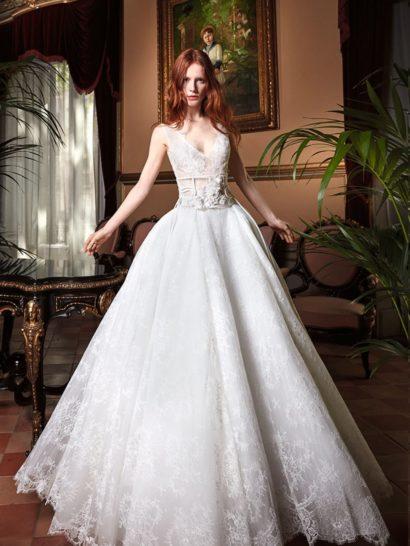 Это великолепное свадебное платье бохо кажется достойным современной принцессы.  Верх платья выполнен из тонкого кружева с иллюзией прозрачности, глубокие V-образные вырезы и спереди, и на спинке, гармонично дополняют такое решение.  Многослойная юбка с нежным кружевным верхом делает свадебное платье воплощением самой романтичной мечты невесты.  Дополнить его сможет широкий фантазийный пояс.  Свадебные платья Yolan Crisэксклюзивно представлены в салоне Виктория  Примерка платьев Yolan Cris —платная