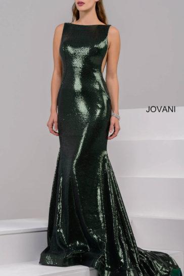 Зеленое вечернее платье со сверкающей отделкой и лаконичным вырезом «бато».