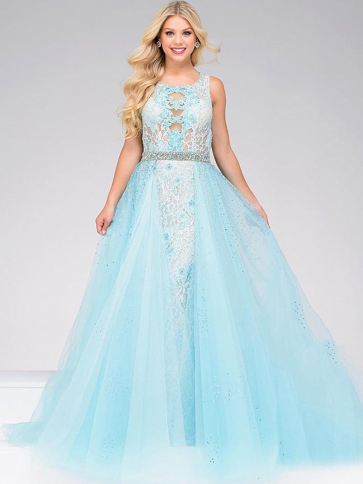 Бело-голубое вечернее платье длиной в пол с сияющим поясом и открытой спинкой.