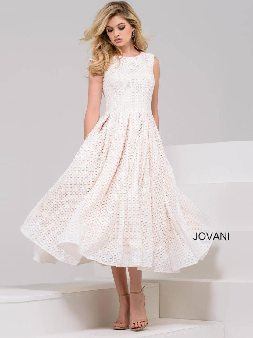 Ажурное вечернее платье белого цвета с закрытым лифом и юбкой А-силуэта.