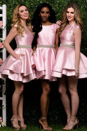 Розовое вечернее платье длиной до колена с двойной юбкой и вырезом на спинке.