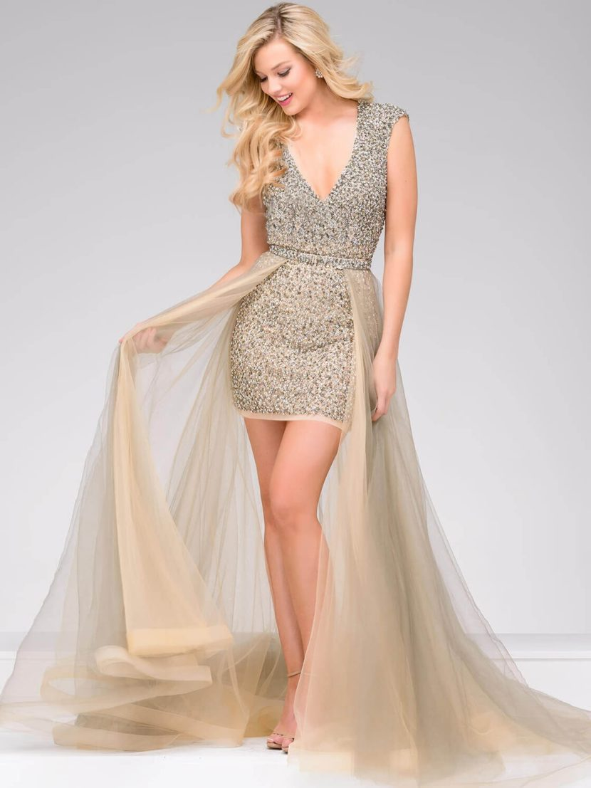 Короткое вечернее платье с отделкой из золотистого бисера и прозрачной верхней юбкой.