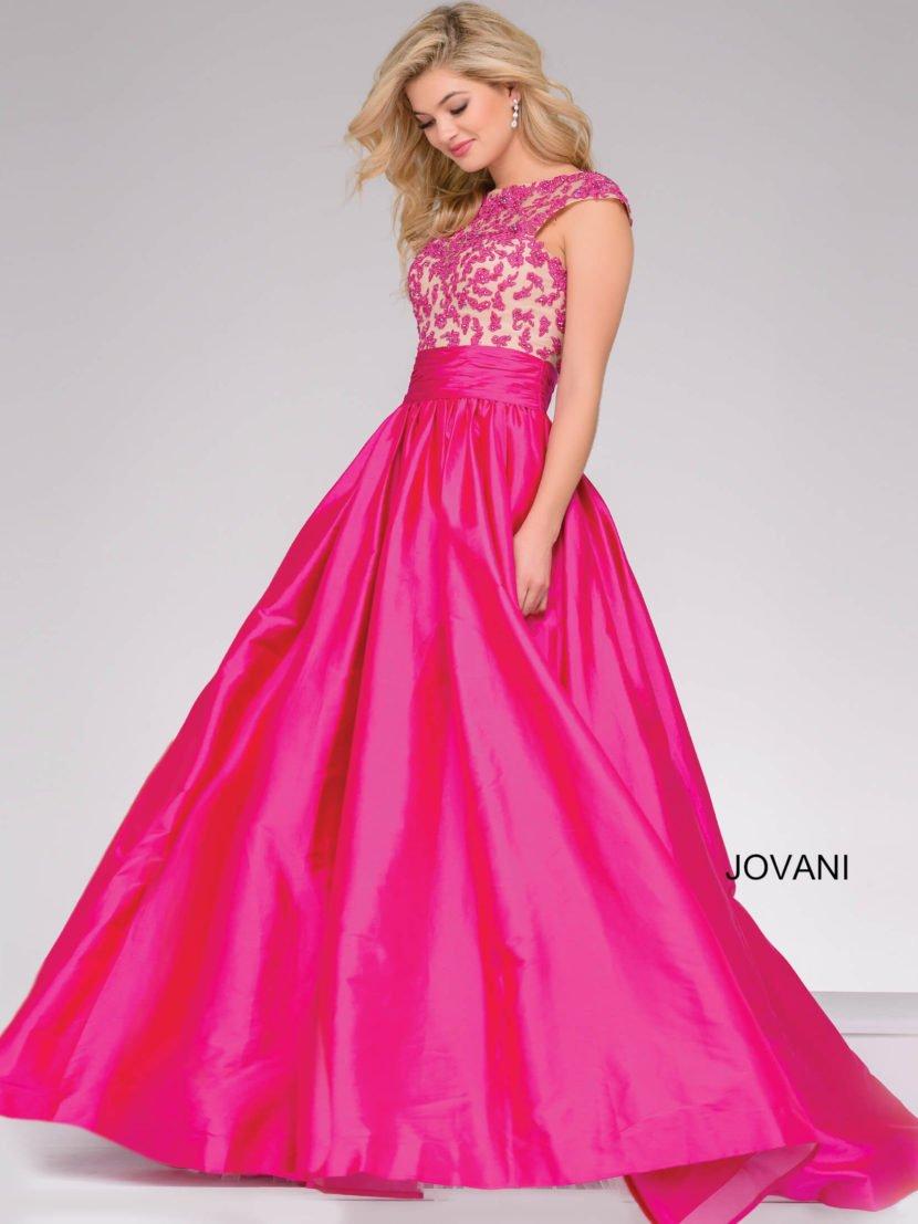 Розовое вечернее платье с атласной юбкой в пол и широким поясом на талии.