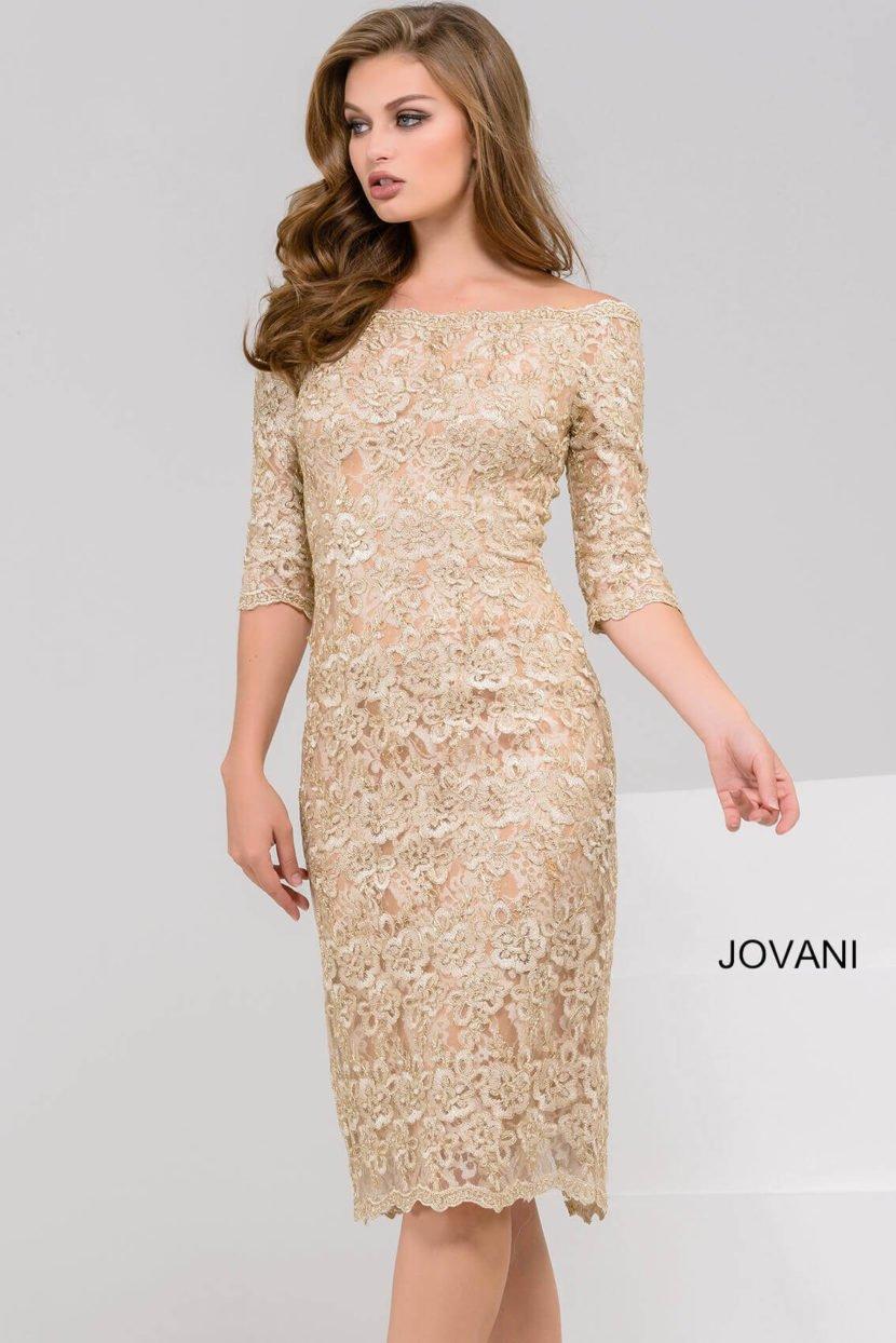 Золотистое вечернее платье длиной до колена с кружевным декором и коротким рукавом.