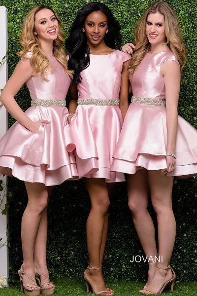 8656787ce137d24 Нравятся короткие платья для подружек невесты? Это потрясающее розовое  миниплатье позволит создать идеально романтичное настроение.