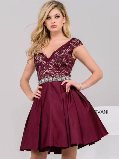 Стильное вечернее платье глубокого бордового оттенка, который станет прекрасным отражением вашей индивидуальности. Глубокий V-образный вырез дополнен широкими бретелями. Верх платья оформлен кружевной тканью на кремовой атласной подкладке. Декорирует кружево бисер, такая же отделка полностью покрывает пояс на талии. Глянцевая юбка А-силуэта изящно спускается до уровня коленей.