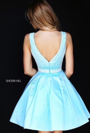 Голубое вечернее платье с короткой юбкой А-силуэта и чувственным вырезом декольте.
