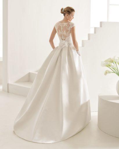 Пышное свадебное платье с закрытым кружевным лифом.