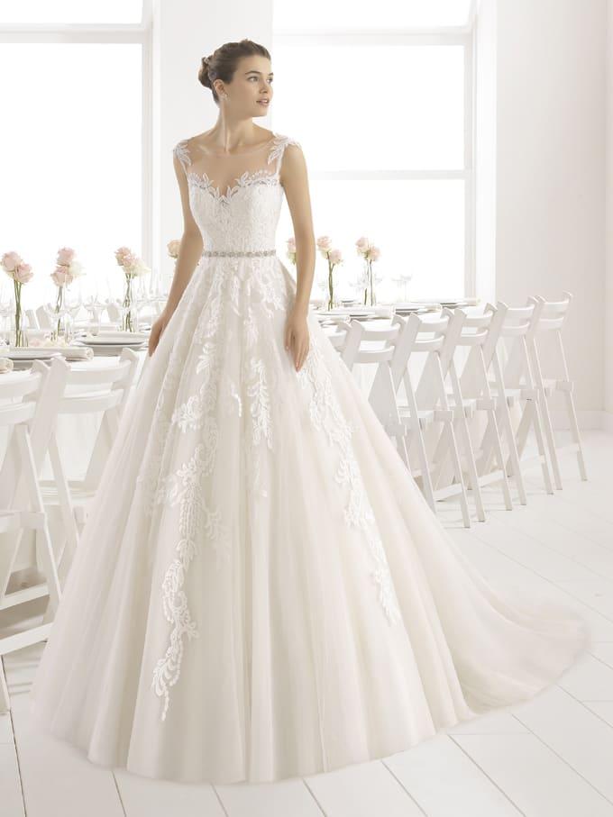 Свадебное платье с узким поясом на талии и отделкой из кружева.