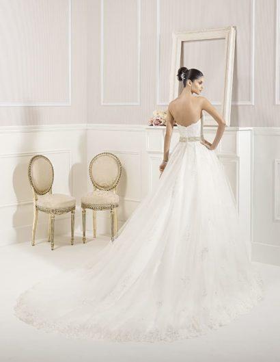 Свадебное платье А-силуэта с кружевным корсетом и широким сияющим поясом.