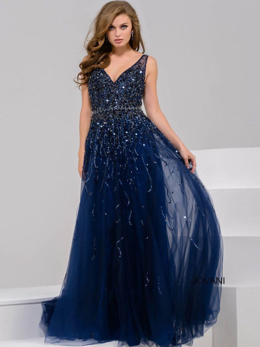 Синее вечернее платье с впечатляющим декольте и небольшим пышным шлейфом.