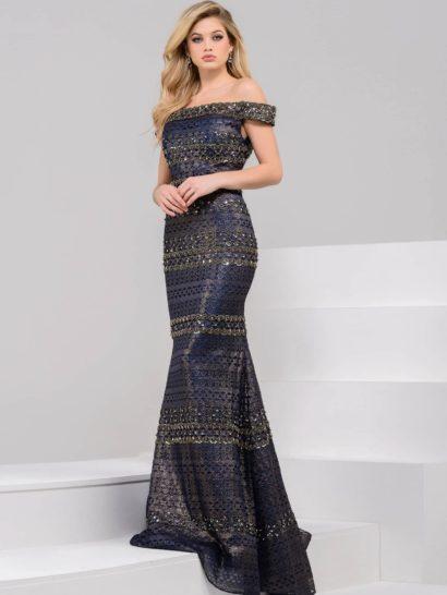 Необычное вечернее платье представляет собой воплощенную женственность.  Добиться такого впечатления помогает портретное декольте с элегантными бретелями на предплечьях и облегающий силуэт «рыбка».  Темно-синяя ткань смотрится изысканно и стильно, дополняют ее горизонтальные полосы отделки золотистой тесьмой.