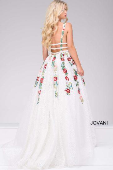 Вечернее платье с юбкой в пол, украшенное по открытому лифу выразительной вышивкой.