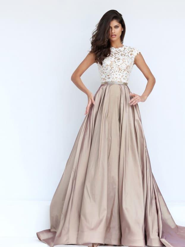 Вечернее платье с юбкой А-силуэта и кружевным лифом с вырезом на спинке.