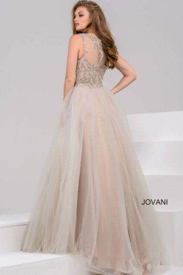 Бежевое вечернее платье с закрытым кружевным лифом и многослойной юбкой.