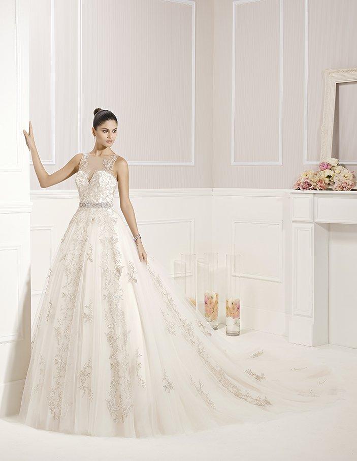 Закрытое свадебное платье «принцесса» с роскошной отделкой и полупрозрачной спинкой.