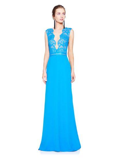 Невероятное вечернее платье без рукавов притягивает внимание оригинальным оформлением декольте – в этом наряде длиной в пол вы гарантированно окажетесь в центре внимания.  Полупрозрачная ткань становится основой для кружева, покрывающего лиф.  Корсет оформлен бежевой подкладкой, которая позволяет изящно выделить все детали кружевного узора насыщенного голубого цвета.