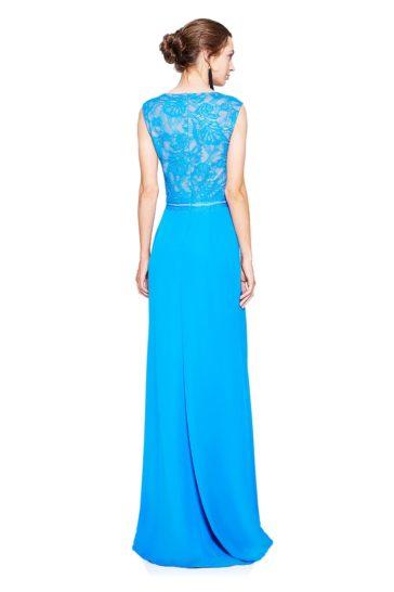 Голубое вечернее платье длиной в пол с кружевной отделкой на бежевой подкладке.