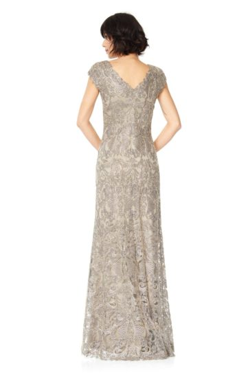 Золотистое вечернее платье длиной в пол с коротким рукавом и V-образным вырезом.
