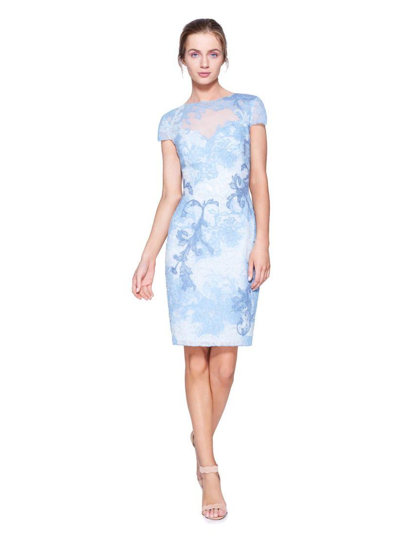 Закрытое вечернее платье с коротким рукавом и романтичной голубой отделкой.