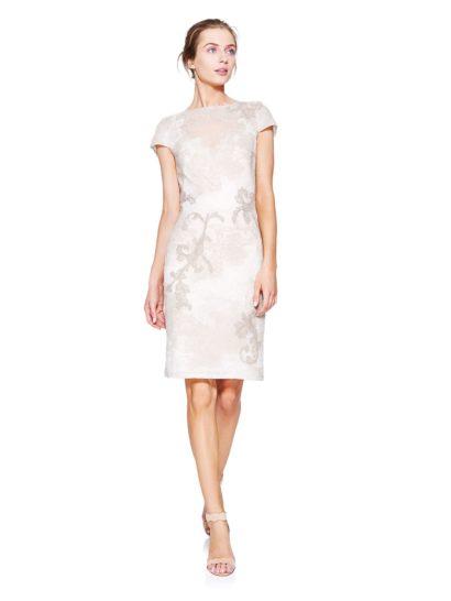 Дополните свой гардероб безупречно изысканным коктейльным платьем, которое идеально подойдет для разных торжественных моментов. Короткие рукава и округлый вырез смотрятся утонченно и элегантно, а облегающий крой «футляр» делает платье особенно женственным.  Отделка выполнена из деликатных кружевных аппликаций с крупным выразительным рисунком, подобранных в тон кремовой ткани, но чуть темнее оттенком.