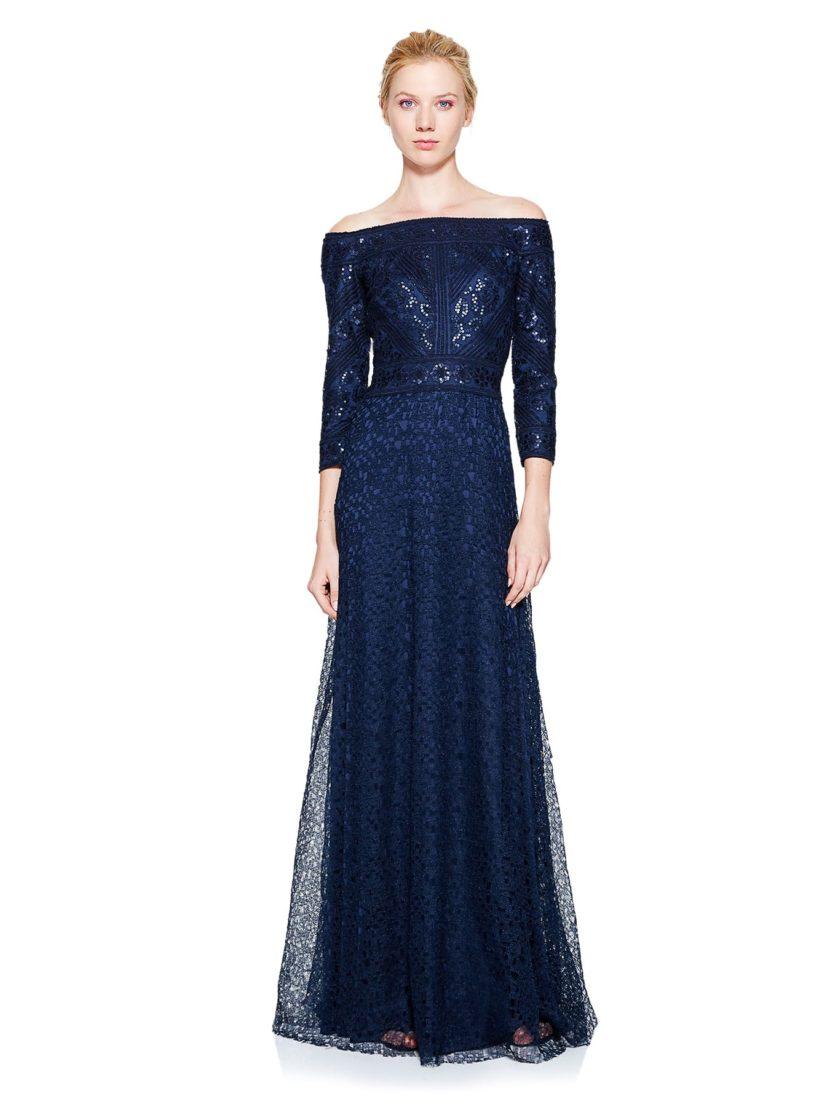 Роскошное вечернее платье темно-синего цвета с портретным декольте и кружевом на юбке.