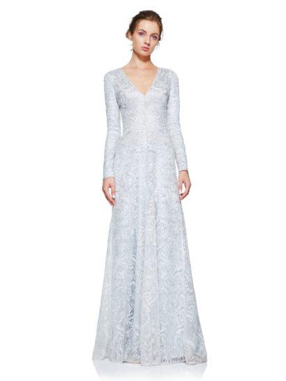 По-настоящему королевское вечернее платье с длинным рукавом и эффектным V-образным вырезом идеально подходит для самых торжественных моментов. Вырез оформлен тремя застежками, чтобы обладательница платья сама могла решить, насколько притягательное декольте ей хочется создать.  Платье по всей длине оформлено изысканной вышивкой, а в роли подкладки использован фирменный трикотаж, гарантирующий комфорт движений.