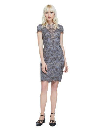 Чувственное коктейльное платье серого цвета наполнено соблазнительным настроением. Вы покорите окружающих роскошной вышивкой по тюлю и изящными короткими рукавами. Вырез декольте с иллюзией прозрачности обрамлен кружевом. Юбка длиной чуть выше колена придает силуэту классическую элегантность. На спинке – V-образный вырез.