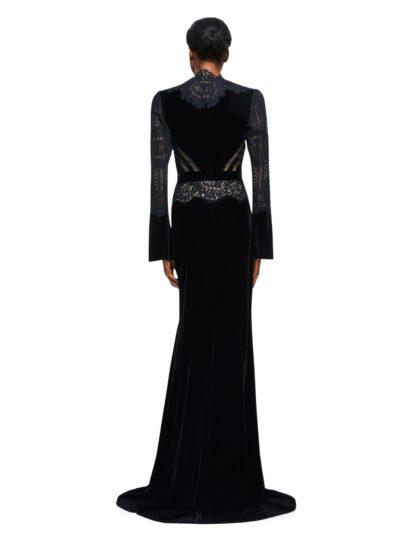 Черное вечернее платье из бархата с высоким воротником и кружевными рукавами.