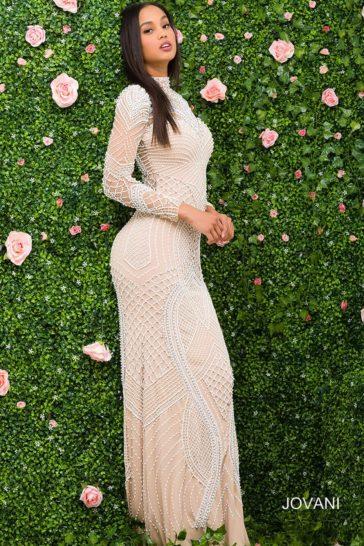 Прямое вечернее платье с рукавом на бежевой подкладке, покрытое бисерной отделкой.