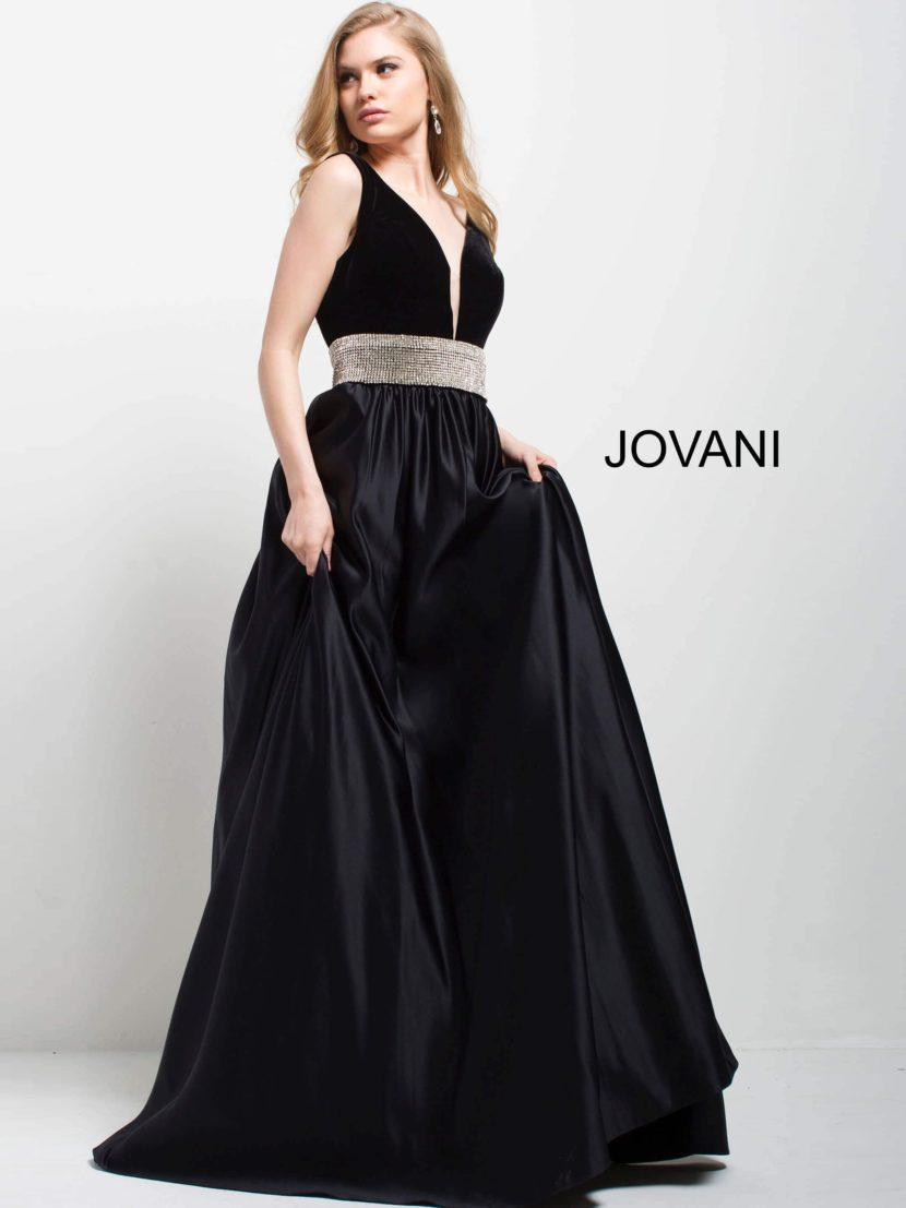 Черное вечернее платье с широким сияющим поясом и глубоким вырезом.