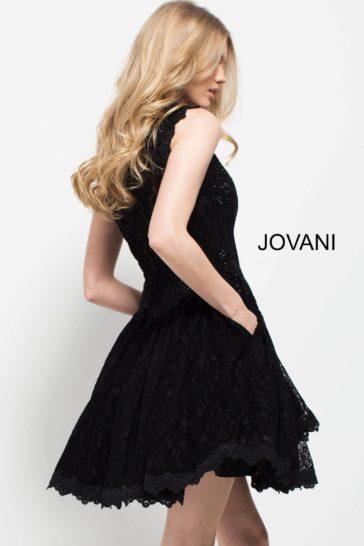 Черное вечернее платье длиной до колена со скрытыми карманами.