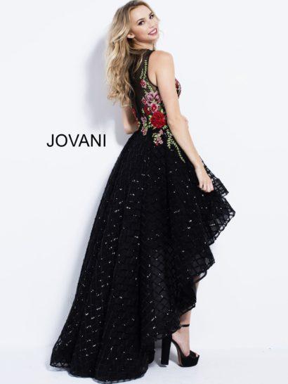 Черное вечернее платье с цветочной отделкой и укороченным спереди подолом.