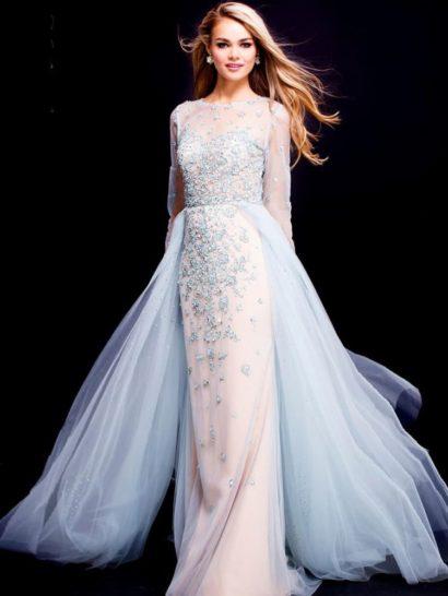 Пудровое вечернее платье с длинным рукавом и тонкой вставкой на спинке.