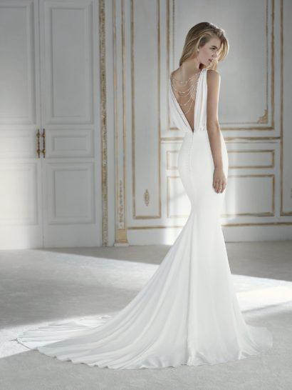 Изысканное свадебное платье силуэта «русалка» с сияющим декором спинки.