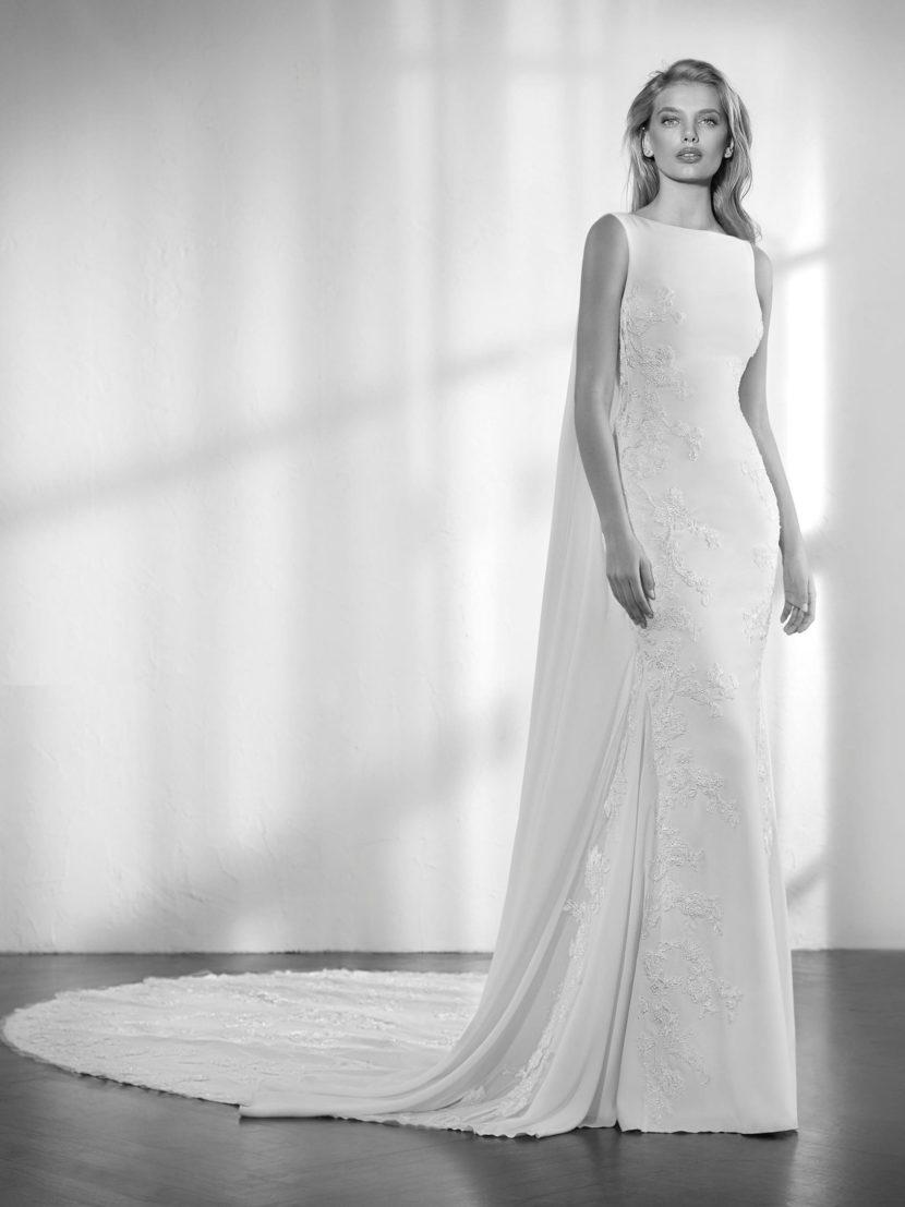 Свадебное платье силуэта «русалка» с вырезом «бато» и стильной спинкой.