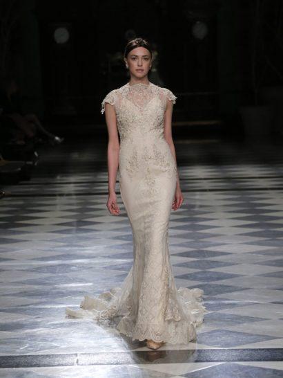 Если вы мечтаете об образе, в равных долях сочетающем чувственность и элегантность, это свадебное платье создано именно для вас.  Деликатный образ декорирован пришитыми вручную стразами в оттенке шампанского.  Впечатляющий силуэт «русалка» подчеркивает женственность образа, делая платье идеальным выбором для ценительницы винтажных нарядов.