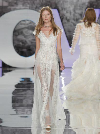 Геометрический узор вышивки, кружево и переплетения линий создают уникальное свадебное платье в богемном стиле.  Ампирный стиль верха с V-образным вырезом создает особенное настроение.  Благодаря плиссировке подола, у платья особенная динамика при ходьбе.
