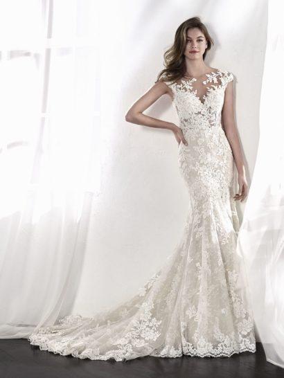 Изысканное свадебное платье «русалка» вдохновляет цветочными мотивами вышивки и кружева. Верх без рукавов и с заниженной талией притягивает внимание полупрозрачностью – тонкая ткань, почти обнажающая кожу, украшена бисером и аппликациями. Платье можно дополнить подкладкой, которая сделает корсет непрозрачным.